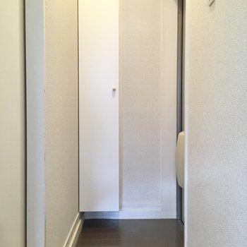 玄関は横幅もコンパクト。