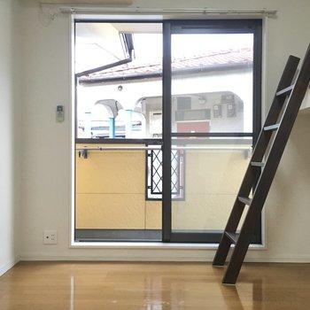 洋室は9帖とすこし広め。窓は大きく南向き。