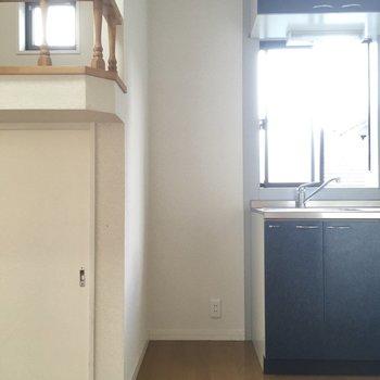 キッチン横に冷蔵庫置場。単身用のコンパクトなやつなら入りそうです。
