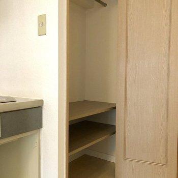 向かって左の最初の扉はクローゼット!ハンガーポールも小物置けるとこもあります◎