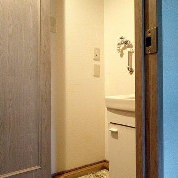 向かって右の扉を開けると。洗濯機置場と洗面台。生活感隠せるのうれしい◎