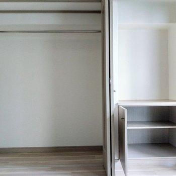 クローゼット広々!収納グッズを入れても◎右の棚にには書類を入れて。