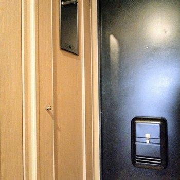 玄関横には鏡も。最後の身だしなみチェックはここで♪