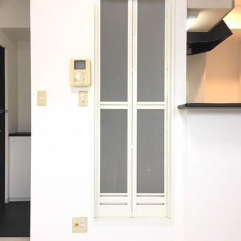 キッチンの奥に見えるコンセントのあたりに冷蔵庫を。