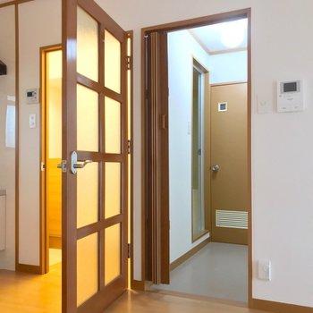 脱衣所はリビングから。歯磨きなどで寒い廊下に出なくていいのは嬉しいなぁ。