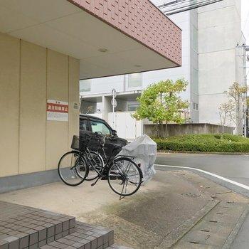 駐輪場は建物の前。雨に濡れにくいです。