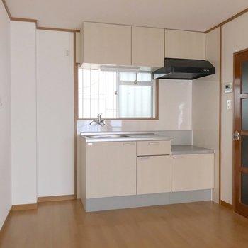 冷蔵庫置場はゆとりたっぷり。窓付きで換気も簡単です。