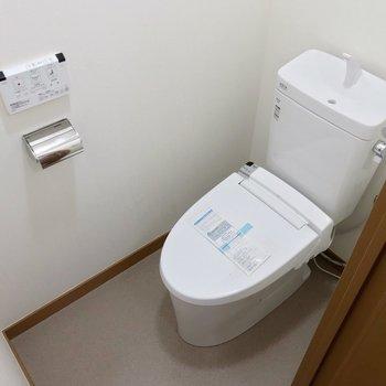 トイレは脱衣所の奥。ウォシュレット付きで快適です。