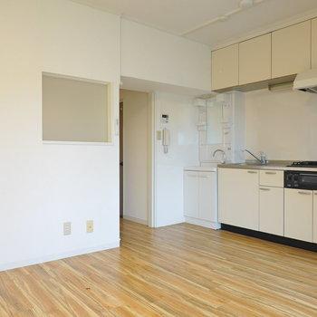 リビングにはキッチンに加え、洗面台も。 (※写真はクリーニング前です。)