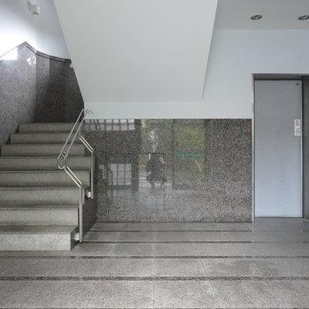 エントランス内。お部屋は2階なので、階段でもエレベーターでも。