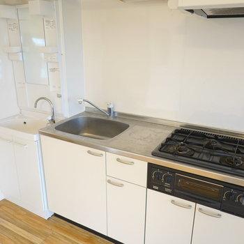 コンロは3口。スペースもあり、使いやすそうなキッチンですね。 (※写真はクリーニング前です。)