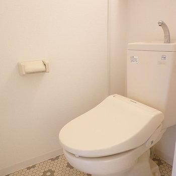 トイレはちょっとレトロ感ありますが、床が可愛い!(※写真はクリーニング前です。)