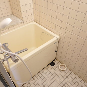 お風呂もレトロ感。でもこちらも結構キレイです。 (※写真はクリーニング前です。)