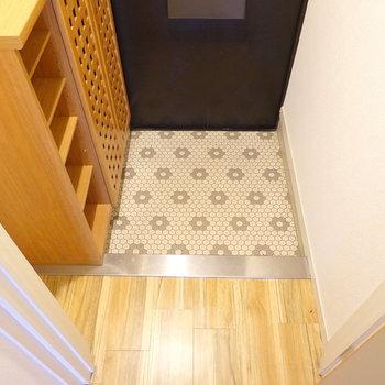 玄関はコンパクトですが、使いやすいサイズ感。床がトイレと同じ模様だ! (※写真はクリーニング前です。)