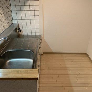 キッチンはスペース広め。冷蔵庫も食器棚も置けそうです◎