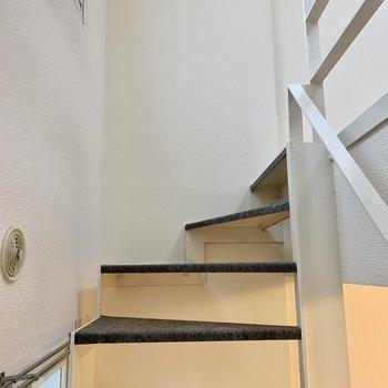 上へ。階段にはカーペットが貼られていて冬でも冷たくないですね◎