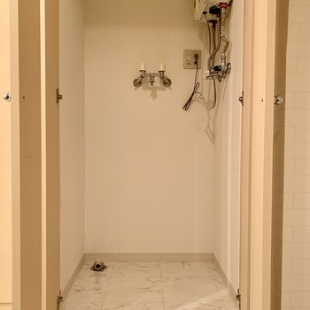 洗濯機置き場もあります。扉付きでキレイに収めることも◎