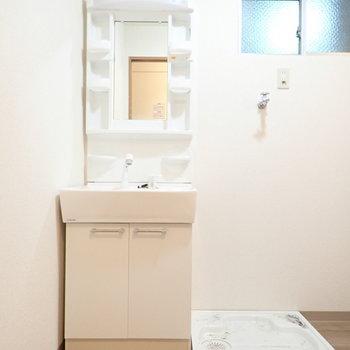 洗面台はスリムですね。窓もあります