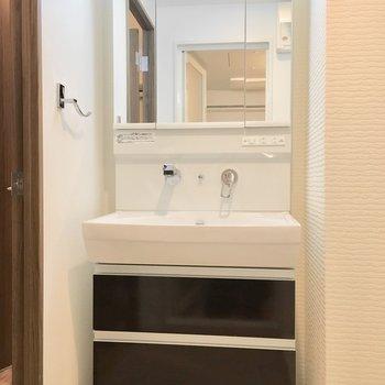 洗面台はシャンプードレッサー。※写真は類似間取り別部屋のものです。