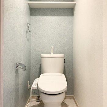 おトイレは階段向かいのドアの中。クロスの色味が素敵です。