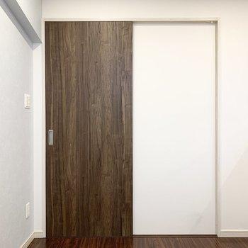 洋室はドア2枚半くらいの広さです。