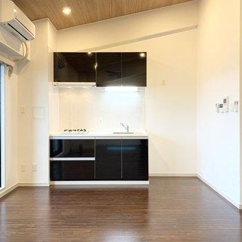 キッチンは壁付けタイプ。冷蔵庫スペースもしっかりご用意。