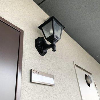 共用廊下のライトがかわいい。