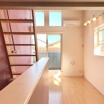 天井近くにも窓があり明るいお部屋です。