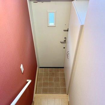 玄関扉の目の前には階段が。