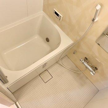 浴槽の横幅はゆったりめ。