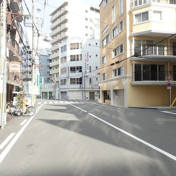 建物の横はひろびろ道路
