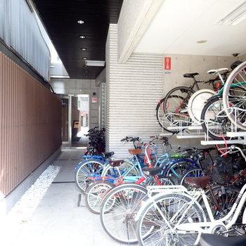 駐輪場は入り口にあります
