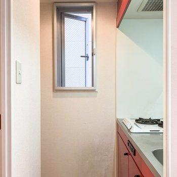 キッチンにも小窓が。嬉しいですね。