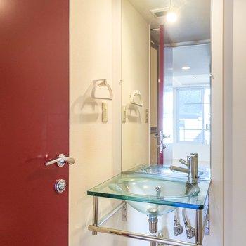 ガラス製であえて配管を見せる、お洒落な洗面台。