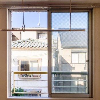 窓からはご近所さんが見えました。