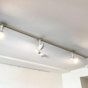 お部屋を照らすのはお洒落な間接照明。