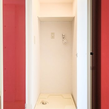 玄関横の扉を開けると洗濯機置場がこんにちは。