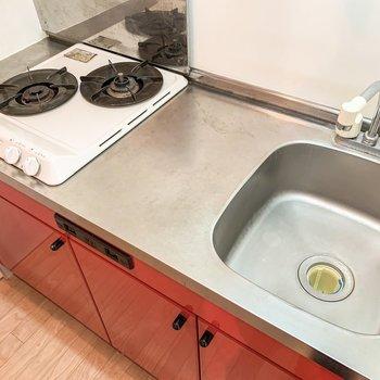 2口コンロに十分な調理スペース。料理がしやすそうなキッチンです。