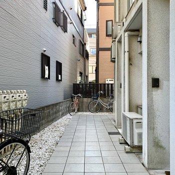 お部屋の前に自転車が置けるスペースがありますね