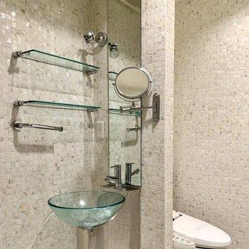 【B1F】透明なボウルが魅力的な洗面台