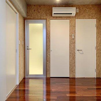 【B1F】コルク調の壁でぬくもりがあります。右の扉から見ていきましょう!