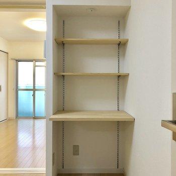 キッチン側にも棚が。(※写真は5階の同間取り別部屋のものです)