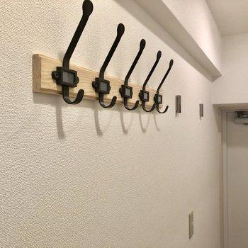 フックに鍵や帽子を掛けましょう!(※写真は5階の同間取り別部屋のものです)