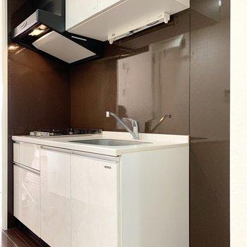 キッチンの壁はブラウンで白とのコントラストが素敵。