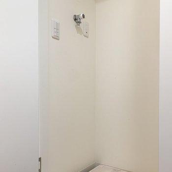 玄関入ってすぐ、キッチンの隣に洗濯機置き場があります。
