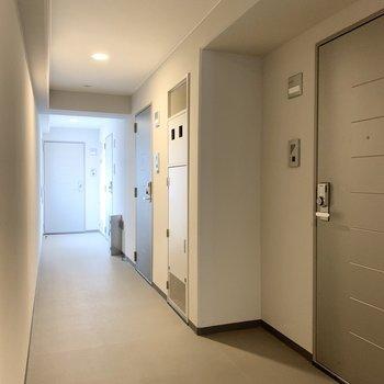 共用廊下は静かです。