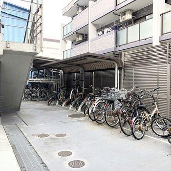 建物の奥に駐輪所があります。