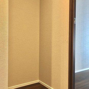 冷蔵庫はキッチン右側に。※写真は9階の同間取り別部屋のものです