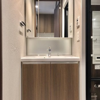 おしゃれな独立洗面台は……※写真は9階の同間取り別部屋のものです