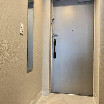 姿見がついているのでお出かけ前のチェックもらくらく。※写真は9階の同間取り別部屋のものです